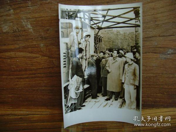 老照片:【※1959年,周恩来视察黄河三门峡水利枢纽工程,并和女司机谈话 ※】