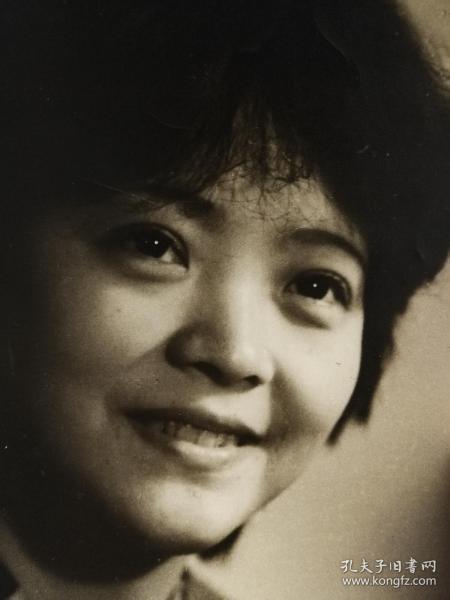 1980年8月大北照相馆大幅艺术人像美女,布纹厚相纸,29*20厘米