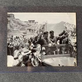 【老照片】西藏布达拉宫下的庆祝活动-大尺寸照片-五六十年代摄影