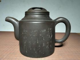精品超大号紫砂壶 雕刻【难得糊涂】品相完整 砂质一流 家居 会所 茶楼 摆放使用即可。