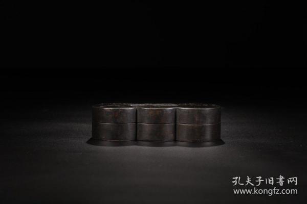 旧藏,竹叶诗文盖盒 尺寸:14×5.5×4厘米重:514克 盒呈多宝圆形,子母口,盖面雕刻竹叶纹为饰,一侧题刻诗文,整器雕工细腻,极为精美,当出自良匠之手。