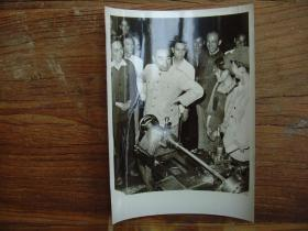 老照片:【※1962年,周恩来参观哈尔滨机械厂时,同工人亲切交谈  ※】