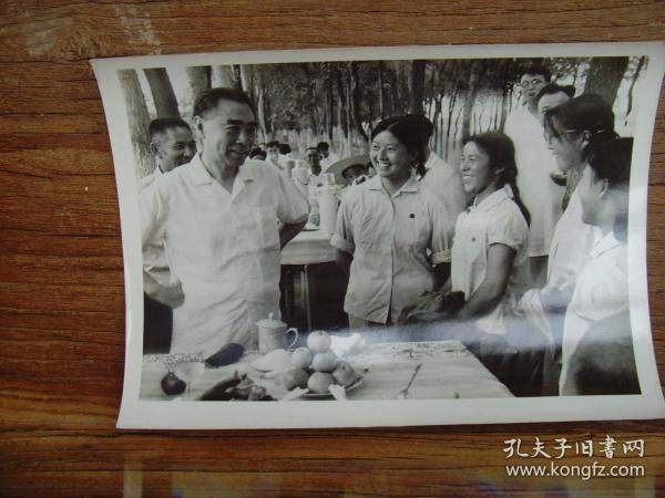 老照片:【※1964年,周恩来视察新疆军垦农场,品尝阿克苏苹果并和上海女知青交谈鼓励扎根边疆干革命 ※】