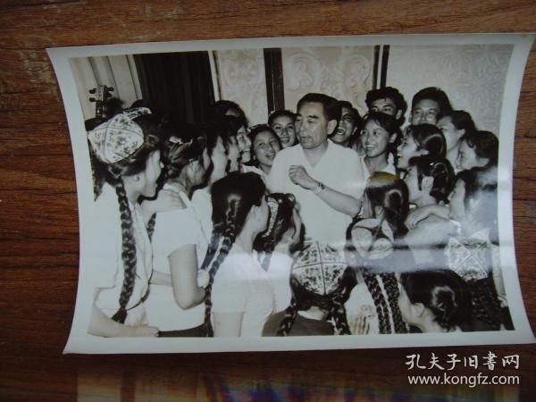 老照片:【※1965年,周恩来视察新疆,在乌鲁木齐和维族青年一起高唱革命歌曲 ※】
