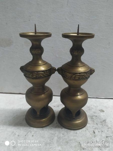 日本高岗铜器、烛台一对。 无裂痕无凹陷,品相良好。器 型完美,浮雕花鸟图案,便宜出货喜欢的不要错过~;总重890克,高19.5上口5.4厘米。所拍既所得,