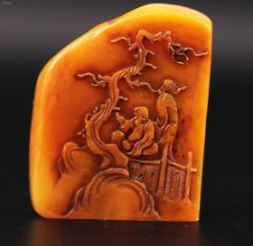 《纯天然老寿山石精刻人物风景图案印章一枚》,雕刻精美人物图案 侧面刻有边款 ,吴一峰,尺寸为4.7X3.6X2.3厘米, 重85克