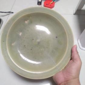 碗一个,这个碗是从朋友手里转过来的,有裂,年代有待考证,懂的请指教。买前想好,售出不退。