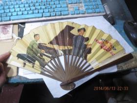 文革折扇:钢琴伴奏《红灯记》     尺寸:  40 × 2 × 23.5 cm