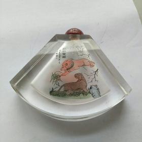 大个的扇形水晶内画鼻烟壶