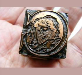 铜印版,《资本C印章》插图版画的印模。 英国古董印章,非常漂亮精致的印版,十分罕见。品相佳, 雕刻凹印技术由意大利人于1452年发明,不同于中国人发明的凸印技术的活字印刷。凹印主要用于版画,明信片,钞票和邮票印制。故印版制造有雕刻技术要求高,成本高,印制质量好等特点。由于印版是是凹印,不同于国内印章是凸印,所以要与相关机械及技术配合才能印制的。