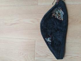 徽州民俗文化:清代手工刺绣老妇帽子  缝有多个银鎏金配饰