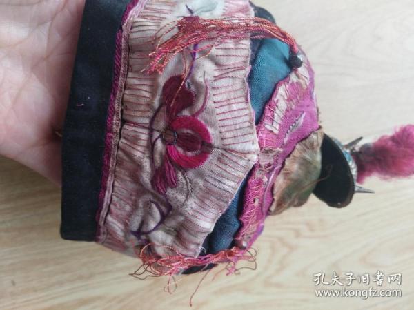 徽州民俗文化:清代手工刺绣儿童帽  银鎏金帽顶