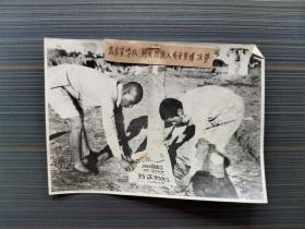 """同-济-大-学旧藏:新中国战争时期  摄  """"武装宣传队到处对敌人展开宣传攻势"""" 老照片一幅(尺寸:14*19.6cm)HXTX312328"""