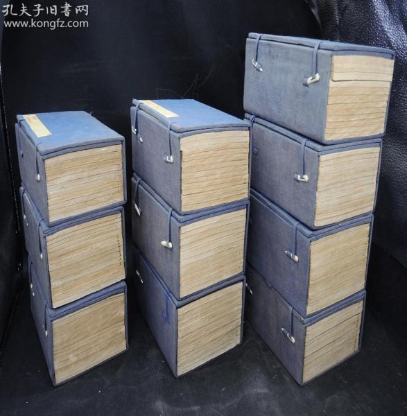 国宝级超大部头】清光绪二十八年上海文澜书局精印【二十四史】10大函120厚册,24部大全套完整无缺。原签原封皮,纸张洁白,据乾隆钦定二十四史殿本重印。沈炳儒题写书名。保存至今实属难的珍贵。是每一个藏书家梦寐以求的珍宝,中华文明自古至今二十四部历史,完整无缺,拥有此书就是拥有了中华文明的整个文明史,全套古色古香,书品极佳,珍贵典雅
