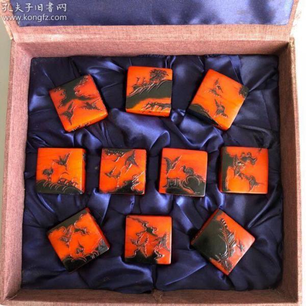 珍藏寿山石乌鸦皮人物故事薄意方印章一套,单方印章尺寸:6×6×6.8厘米,印章总重5400克,价格2200元,
