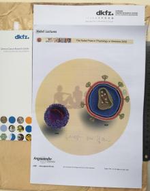 (2008年诺贝尔生理学或医学奖获得者、获奖演讲稿全文《人类致癌因素探究:在哪里和为什么》)HPV疫苗之父、国际著名癌症专家、病毒学家、德国癌症研究中心主席、国际癌症期刊主编、德国埃朗根-纽伦堡大学病毒学教授、发现了导致宫颈癌的病毒、为开发宫颈癌疫苗打下坚实基础、哈拉尔德·楚尔·豪森(Harald zur Hausen)、官方亲笔签名、论文文章1份(签于国际顶级权威期刊《ANGEW》、珍贵、罕见)