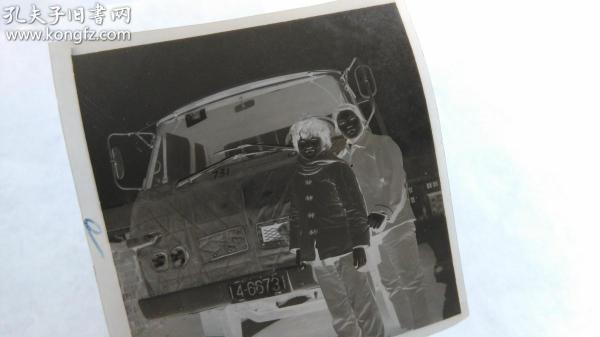 两个美女车前留影底片。
