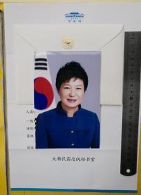 """东亚第一位民选的女性国家元首、韩国历史上第一位女总统、韩国史上首位以过半支持率当选的总统(2013-2016)、韩国唯一父女皆任总统之例子、韩国第三任总统朴正熙的长女、《福布斯》2016年度全球最具影响力100名女性、""""嫁给国家""""的女人、手册公主、冰公主、选举女王、曾任新国家党党首、代表作品《绝望锻炼了我-朴槿惠自传》等、朴槿惠(Park Geun-hye)、亲笔签名、官方照片1张(珍贵、罕见)"""