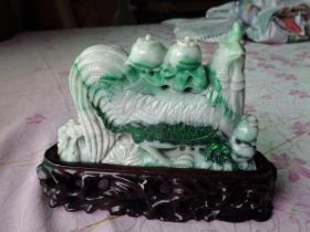 旧藏老翡翠《大公鸡》造型精美,线条流通,翠绿色迷人,翠高10cm,宽15cm,厚2.6cm,重带底座近2斤,品好如图。