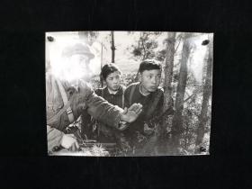 七十年代 黄敬东 拍摄《军民联防》老照片一大幅(有展签,尺寸:30.5*40.5cm,解放军战士在大别山野营时帮助当地训练民兵) HXTX313602