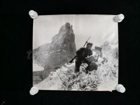 七十年代 周鹰 拍摄《小岛牧羊兵》老照片一大幅(有展签,尺寸:35*40cm) HXTX313608