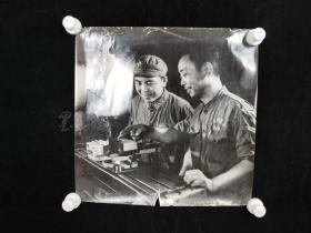 """七十年代 """"解放军向工人学习""""老照片一大幅(尺寸:39*40cm) HXTX313611"""