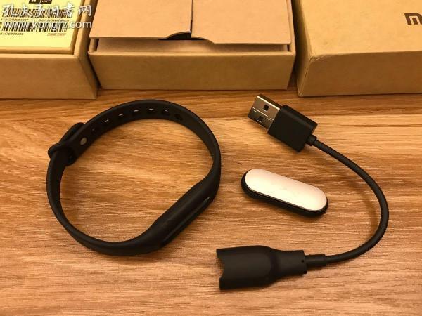 定制小米手环1代。无液晶屏、需配合手机使用。(请注意商品只是一个手环,不是三个)
