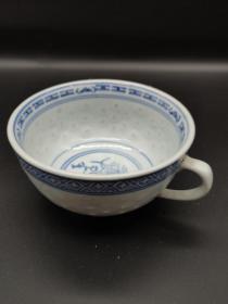 臻品 鉴赏七十年代【青花玲珑茶杯】这是70年代景德镇制瓷时期用最好的高岭土瓷烧制的,是当时出口日本的。茶杯灯光下玲珑通透,在瓷胎上选择与青花图案相配合的部位,镂雕花纹,使两面通透,然后内外上釉,使镂空部分透亮,和青花花纹相应成趣,其釉面白里泛青,料色青翠欲滴,玲珑碧绿透明,釉中有釉,花里有花,结合的天衣无缝,口部绘画蝙蝠,底部绘画芭蕉纹饰,有多福多寿家大业大的寓意。尺寸高5.3  口径9.5厘米