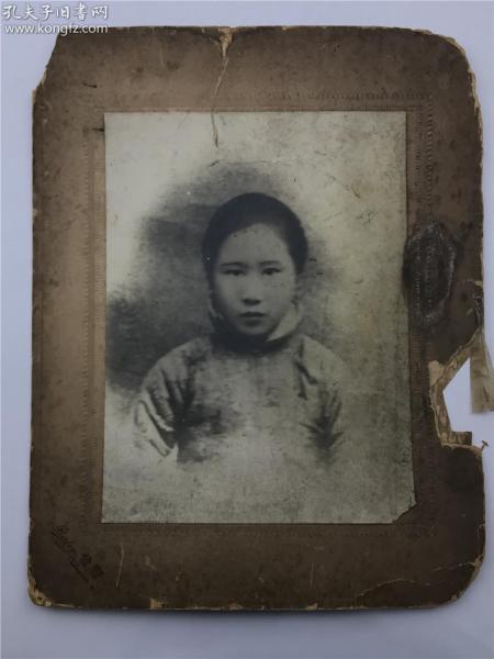 """民国初女子半身大尺幅照片一张(标有""""发宝""""、即照相馆名称,成立于晚清上海开埠时,地点在上海南京路501号,具体品相如图,单独发货,快递费15元)【200611B 11】X"""