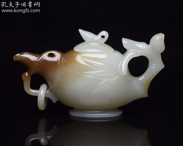 和田玉壺 規格:   8.9×5.3×2.9厘米   重   86克。    玉質溫潤細膩,沁色自然,刀功老道,皮殼包漿一流,雕刻生動,線條流暢,品相完美!