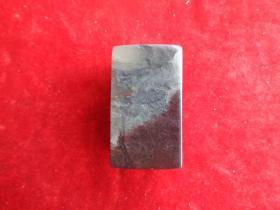寿山石印章一梅,3cm3cm高5.5cm,品好如图。