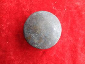 清朝铜器一件,直径7cm,厚2cm,品好如图。