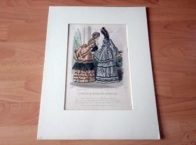 19世纪手工上色精品钢版画《衣香鬓影:社交沙龙的贵族夫人与小姐》(LE JOURNAL DES DAMES ET DES DEMOISELLES)-- 卡纸画框42*32厘米,版画纸张尺寸30*21厘米 -- 手工上色,非常精美