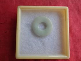 精美玉石环一件,品好如图。