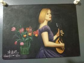 弹着小提琴的女人