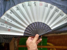 饮酒微醉后,赏花半开时。北京书家精品力作,请细看每一个字,写的都有一股张力。书写在10寸竹上大漆大扇骨洒金书法成扇上。八十年代陈墨书写。多拍邮资合并一公斤以内只收一次的