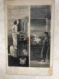 民国时期画片老照片拿烟枪女子中秋赏月,旗袍女子贴对联,原版银盐老照片,明信片大小