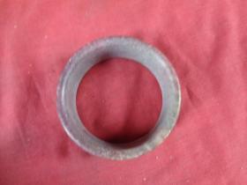 清朝玉手镯一只,直径8cm,宽3cm,品好如图。