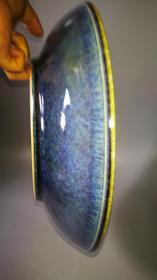 大清康熙年制官窑极品洒蓝釉大盘,直径约39.5公分重3.3公斤巨制。盘面如雪花飘洒于蓝色水面,盘口典型
