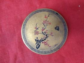 民国铜器《梅花铜牌》民国,正面刻印梅花,背面刻文昌阁,圆形,直径7cm7cm,厚0.8cm,品好如图。