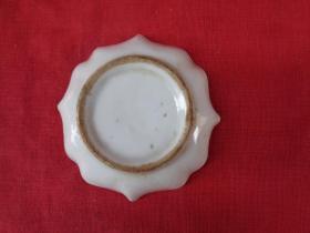 清朝瓷器《瓷茶盘》直径7.5cm,高2cm,品好如图。