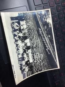 1960年 共青团第六支部全体合影。14厘米11厘米。 北京北海九龙壁合影