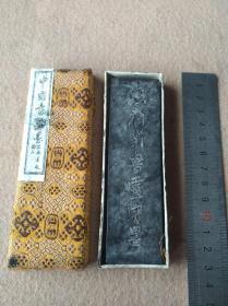 上海墨厂在婺源县詹成圭徽墨厂定制《铁斋翁书画宝墨》油烟墨一支,尺寸11x3㎝,厚1㎝。