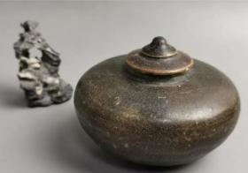 南宋吉州窯黑釉茶葉蓋罐(包老到代,包郵到家,一周包退)。高9厘米,寬10.5厘米。