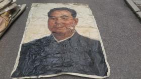 6-70年代  绘巨幅油画   华国锋主席 两张布拼一起 画面破损 尺寸174*136厘米