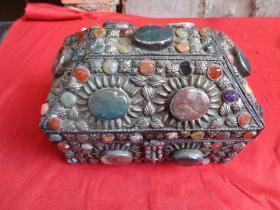 老玉石珠宝箱一件,四方形,长13cm21cm,高14cm,品好如图。