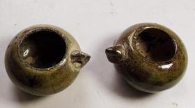 出土的深色瓷小水盂一枚..