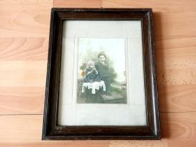 手工上色老照片《吃苹果》(Eat Apples)-- 本照片在原版黑白照片基础上,手工水彩上色 -- 原木老画框32*26厘米,照片尺寸17*12厘米