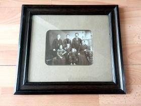 老照片《家庭合影》(Family photos)-- 精美原木老画框31*27.5厘米