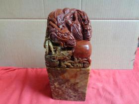 寿山石《蟠龙大兽纽》高26cm,长10cm10cm,重14斤,品好如图。